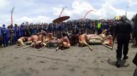 Keraton Ngayogyakarto Hadiningrat menggelar Labuhan di Pantai Parangkusumo Kapanewonan Kretek Kabupaten Bantul. (Foto: Liputan6.com/Hendro Ary Wibowo)