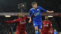 Duel Sturridge dan Marc Albrighton pada laga lanjutan Premier League yang berlangsung di stadion Anfield, Liverpool, Kamis (31/1). Liverpool imbang 1-1 kontra Leicester City. (AFP/Paul Ellis)
