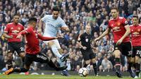 Gelandang Manchester City, Ilkay Gundogan, melepaskan tendangan ke gawang Manchester United pada laga Premier League di Stadion Etihad, Sabtu (7/4/2018). Manchester City takluk 2-3 dari Manchester United. (AP Photo/Matt Dunham)