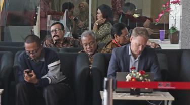 Aktor Leroy Osmani menunggu di lobi gedung KPK, Jakarta, Jumat (16/3). Leroy Osmani di periksa sebagai saksi suap pengadaan pesawat dan mesin pesawat dari airbus S.A.S dan Roll-Royce P.L.C pada PT. Garuda Indonesia. (Liputan6.com/Herman Zakharia)