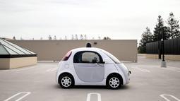 Sebuah prototipe kendaraan self-driving Google terlihat selama preview media kendaraan otonom Google saat ini di Mountain View, California, AS (29/9/2015). (REUTERS/Elia Nouvelage)