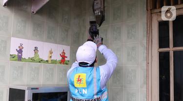 PLN Cek Langsung Meteran Rumah Warga