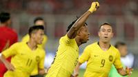 Pemain Timnas Malaysia, Mohamadou Sumareh, merayakan gol ke gawang Timnas Indonesia di SUGBK, Jakarta, Kamis (5/9/2019). (Bola.com/Peksi Cahyo)