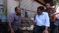 Calon Gubernur Sumatera Utara Djarot Saiful Hidayat mencicipi tahu goreng (Liputan6.com/Reza Efendi)