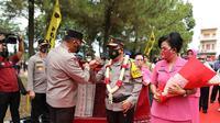 Pemberian ulos menyambut Kepala Kepolisian Daerah Sumatera Utara (Kapolda Sumut) yang baru, Irjen Pol Panca Putra Simanjuntak beserta istri, Rita