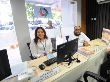 Menaker Hanif Dhakiri meninjau layanan saat pembukaan posko pengaduan tunjangan hari raya (THR) di Kementerian Ketenagakerjaan, Jakarta, Senin (20/5/2019). Posko yang dibuka hingga 10 Juni 2019 ini untuk menampung laporan bagi masyarakat yang memiliki masalah terkait THR. (Liputan6.com/Angga Yuniar)