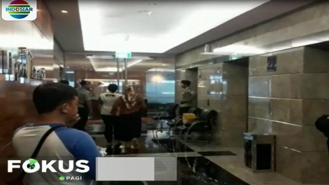 Proses penggeledahan berlangsung tertutup. Petugas keamanan melarang awak media menagmbil gambar proses penggeledehan.
