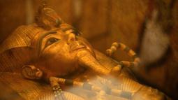 Sarkofagus emas dinasti ke-18 Firaun Tutankhamun (1332–1323 SM) terlihat di ruang pemakamannya di makam bawah tanahnya (KV62) di Lembah Para Raja di tepi barat sungai Nil, Luxor, Mesir (31/1). (AFP Photo/Mohamed El-Shahed)