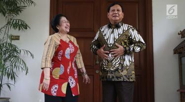 Ketua Umum PDIP, Megawati Soekarnoputri (kiri) tertawa bersama Ketua Umum Partai Gerindra, Prabowo Subianto usai melakukan pertemuan dan makan siang bersama di kediaman Megawati di Jalan Teuku Umar, Jakarta, Rabu (24/7/2019). (Liputan6.com/Helmi Fithriansyah)