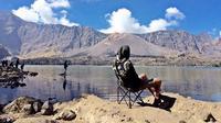 Danau Segara Anak sendiri berada di ketinggian sekitar 2.010 meter di atas permukaan laut, dengan kedalaman sekitar 230 meter. Foto: Andi Jatmiko/ Liputan6.com.