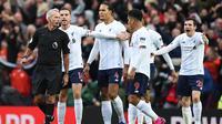 Para pemain Liverpool melakukan protes saat melawan Manchester United pada laga Premier League di Stadion Old Trafford, Manchester, Minggu (20/10). Kedua klub bermain imbang 1-1. (AFP/Oli Scarff)