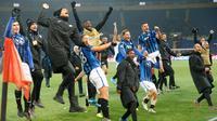 Pemain Atalanta merayakan kemenangan mereka atas Shakhtar Donetsk pada pertandingan Grup C Liga Champions di Kharkiv, Ukraina, Rabu (11/12/2019). Atalanta sukses mengukir sejarah untuk pertama kalinya mampu lolos ke babak 16 besar Liga Champions. (AP Photo/Efrem Lukatsky)