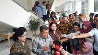 Menko PMK Puan Maharani bersama Wakil Presiden Jusuf Kalla, dan Menteri Kesehatan Nila F Moeloek, usai mengadakan rapat tentang penanganan masalah stunting di kantor Wapres, Jakarta, Rabu (8/9/2017) (Liputan6.com/ Putu Merta Surya Putra)