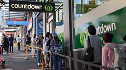 Orang-orang mengantre di depan sebuah pasar swalayan, Kota Auckland, Selandia Baru, Rabu (12/8/2020). Kota terbesar di Selandia Baru, Auckland, pada 12 Agustus 2020 kembali memberlakukan Siaga COVID-19 Level 3 selama tiga hari setelah empat kasus terkonfirmasi pada 11 Agustus 2020. (Xinhua/Wilson)