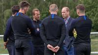 Pangerang William berdiskusi dengan kapten Harry Kane saat menunjungi latihan Timnas Inggris di West Riding County FA, Leeds, Kamis (7/6/2018). Kedatangan ini untuk memberikan support jelang Piala Dunia 2018 Rusia. (AFP/Charlotte Graham)