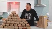 Joey Chestnut berhasil melahap 32 burger selama 38 menit (Dok.Instagram/@joey.chestnut/https://www.instagram.com/p/B9XPKDvDKUN/Komarudin)