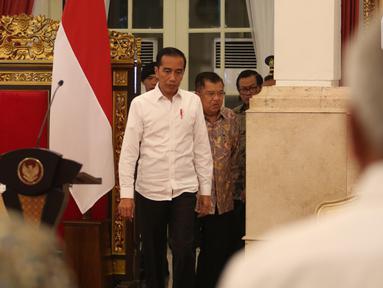 Presiden Joko Widodo didampingi Wakil Presiden Jusuf Kalla tiba untuk memimpin Sidang Kabinet Paripurna di Istana Negara, Jakarta, Kamis (3/10/2019). Topik Sidang Kabinet Paripurna tersebut  yakni Evaluasi Pelaksanaan RPJMN 2014-2019 dan Persiapan Implementasi APBN 2020. (Liputan6.com/Angga Yuniar)