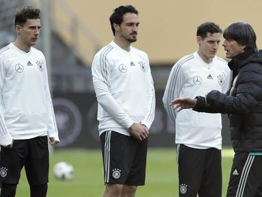Pelatih Jerman, Joachim Loew, memberikan arahan kepada anak asuhnya saat sesi latihan jelang laga persahabatan di Berlin, Jerman, Selasa, (27/3/2018). Jerman akan berhadapan dengan Brasil. (AP/Michael Sohn)