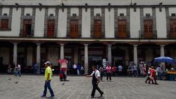 Suasana di Santo Domingo Square, Meksiko, (23/8). Notaris yang berada di pinggir jalan ini menerima jasa menulis surat terkait hukum perdata, lamaran kerja, wasiat, bahkan surat cinta. (AFP PHOTO/ALFREDO ESTRELLA)