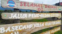 Salah satu papan petunjuk pintu masuk jalur pendakian Gunung Guntur, via Citiis blok Seureuh Jawa, Tarogong Kaler. (Liputan6.com/Jayadi Supriadin)