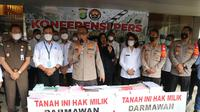Aparat kepolisian mengungkap kasus mafia tanah di Kota Tangerang. Dalam kasus ini, dua orang ditetapkan sebagai tersangka. (Liputan6.com/Pramita Tristiawati)