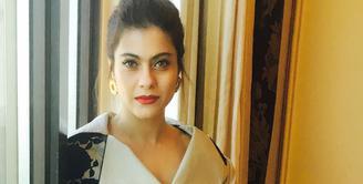 Nama Kajol naik daun pada tahun 90-an. Bahkan aktris cantik ini masuk dalam daftar aktris dengan bayaran tertinggi. Selain punya wajah cantik, ia juga punya mata indah berwarna cokelat muda. (Foto: instagram.com/kajol)