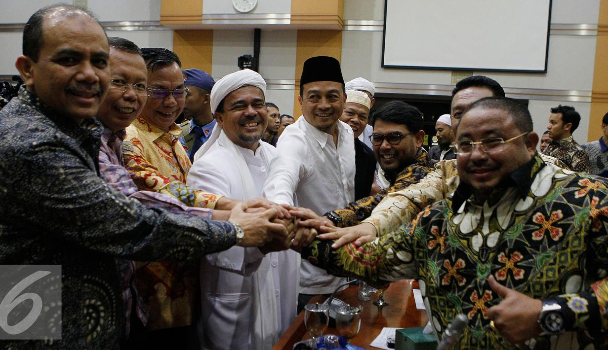 Imam Besar FPI  Rizieq Shihab (keempat dari kiri) bersama sejumlah tokoh GNPF MUI berjabat tangan dengan anggota Komisi III DPR saat mendatangi Komisi III di Gedung Nusantara II, Kompleks Parlemen Senayan, Jakarta, Selasa (17/1). (Liputan6.com/JohanTallo)