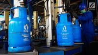 Pekerja melakukan pengisian ulang tabung gas 12 kg di SPBE (Stasiun Pengisian Bahan Bakar Elpiji), Srengseng, Jakarta, Jumat (3/5/2019). PT Pertamina (Persero) menjamin pasokan LPG aman terkendali selama periode Ramadan hingga Lebaran dan tidak ada kenaikan harga. (Liputan6.com/Angga Yuniar)