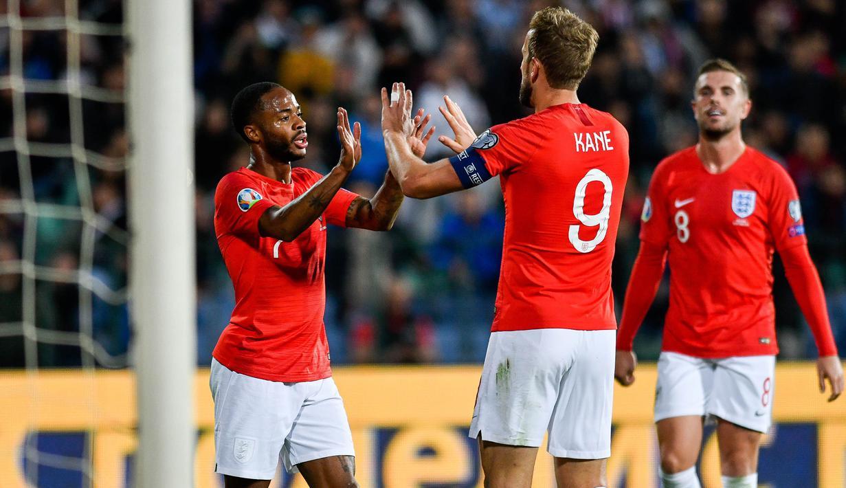 Para pemain Inggris merayakan gol yang dicetak Raheem Sterling ke gawang Bulgaria pada laga Kualifikasi Piala Dunia 2020 di Stadion Vasil Levski, Sofia, Senin (14/10). Bulgaria kalah 0-6 dari Inggris. (AFP/Nikolay Dychinov)