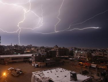 Kilat Petir Penuhi Langit Gaza