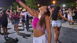 Dua wanita menari selama sesi latihan oleh sekolah samba Mangueira di Rio de Janeiro, Brasil (21/2). Karnaval Rio de Janeiro akan berlangsung dari 2 Maret hingga 9 Maret 2019. (AFP Photo/Carl De Souza)