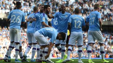 Para pemain Manchester City merayakan gol yang dicetak Bernardo Silva ke gawang Watford pada laga Premier League di Stadion Etihad, Manchester, Sabtu (21/9). City menang 8-0 dari Watford. (AFP/Oli Scarff)