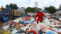 Tumpukan sampah di Pekanbaru yang tengah diangkut petugas karena volumenya kian banyak. (Liputan6.com/M Syukur)