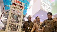 Menperin Airlangga Hartarto berbincang bersama Presdir PT Astra International Tbk Prijono Sugiarto dan Ketua Pengurus Yayasan Dharma Bhakti Astra (YDBA) Henry C. Widjaja dalam GIIAS 2017 di ICE BSD City Tangerang, Kamis (10/8). (Liputan6.com/Angga Yuniar)