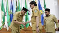 Mendagri, Tjahjo Kumolo (kanan) memberikan selamat kepada Plt Gubernur Aceh Nova Iriansyah usai serah terima surat penugasan Pelaksana Tugas (Plt) Gubernur Aceh dan Bupati Bener Meriah di Kemendagri Jakarta, Senin (9/7). (Liputan6.com/Herman Zakharia)