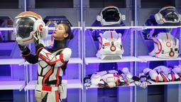 Seorang staf wanita memperagakan menggunakan pakaian luar angkasa di markas simulasi C-Space Project Mars di Gurun Gobi, Jinchang, Provinsi Gansu, China (17/4). Tempat ini bekerja sama dengan Astronauts Center of China (ACC), yang nantinya menjadi pusat pelatihan astronot. (Reuters/Thomas Peter)