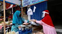 Ketua TP PKK Banyuwangi Ipuk Fiestiandani Anas saat membagikan paket tersebut ke pedagang Pasar Blambangan, Rabu (29/7/2020).