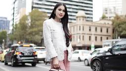 Meski tengah hamil, namun gaya fashion Sandra Dewi tetap stylish. Bahkan banyak pula yang mengagumi kecantikan dari istri Harvey Moeis tersebut. (Liputan6.com/Instagram/@sandradewi88)