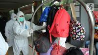 Aktivitas petugas di Rumah Karantina COVID-19 Hotel Yasmin, Curug, Kabupaten Tangerang, Banten, Kamis (17/6/2021). Saat ini, variant of concern (VOC) menyebar di 12 provinsi. (Liputan6.com/Angga Yuniar)