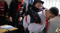 Xu Bingyang menggendong Zhang Zen ke kelas. (Sumber: Sichuan Online)