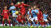 Gelandang Liverpool, Georginio Wijnaldum, mengontrol bola saat melawan Manchester City pada laga Premier League di Stadion Anfield, Liverpool, Minggu (10/11). Liverpool menang 3-1 atas City. (AFP/Paul Ellis)