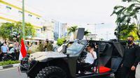 Presiden Jokowi menaiki kendaraan taktis (rantis) P6 ATAV V1 yang dimiliki oleh Pasukan Pengamanan Presiden (Paspampres) dalam kunjungan kerja ke Tarakan, Kalimantan Utara, Selasa (19/10/2021). (Biro Pers Sekretariat Presiden)