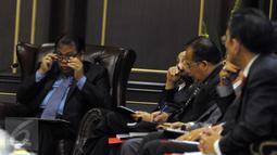 Ketua MK Arief Hidayat bersama Hakim Konstitusi saat pertemuan konsultasi dengan Komisi II DPR RI di Gedung MK, Jakarta, Kamis (14/4). Pertemuan itu membahas RUU Pilkada serta evaluasi pelaksanaan Pilkada serentak 2015 (Liputan6.com/Helmi Afandi)