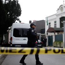 Polisi Turki menjaga kediaman Konsulat Jenderal Saudi Mohammed al-Otaibi saat tim forensik mencari barang bukti hilangnya jurnalis Arab Saudi Jamal Khashoggi di Istanbul, Rabu (17/10). (AP Photo/Emrah Gurel)