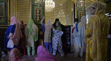 Muslim Kashmir berada di makam Syekh Abdul Qadir Jaelani saat bulan Ramadan di pusat kota Srinagar, Kashmir (24/5). Muslim di Kashmir memanfaatkan waktunya saat bulan suci Ramadan untuk ziarah ke makam Syekh Abdul Qadir Jaelani. (AFP/Tauseef Mustafa)