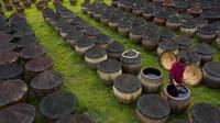 Pekerja mengaduk kecap di Daqiao, sebuah kota di Wilayah Hejiang, Provinsi Sichuan, China, 28 September 2020. Pembuatan kecap dengan cara tradisional yang melibatkan pengeringan di bawah terik matahari dan fermentasi memiliki sejarah lebih dari 100 tahun di Hejiang. (Xinhua/Jiang Hongjing)