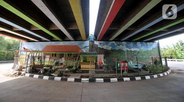Petugas PPSU Kelurahan Joglo menyelesaikan pembangunan Taman Betawi di kolong Tol JORR W-2 Joglo, Jakarta Barat, Minggu (17/11/2019). Lahan kosong di kolong tol tersebut disulap menjadi taman bernuansa Betawi dilengkapi saung, musala, arena bermain serta hiasan mural 3D. (merdeka.com/Iqbal Nugroho)