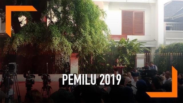 Warga yang mayoritas adalah pendukung capres no urut 02 membanjiri Rumah Pemenangan Prabowo-Sandi untuk mendengarkan pidato Prabowo.