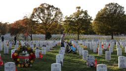 Warga mengunjungi Pemakaman Nasional Arlington saat peringatan Hari Veteran, Arlington, Virginia, AS, Senin (11/11/2019). Rakyat AS memperingati Hari Veteran untuk menghormati mereka yang pernah bertugas di militer AS. (Alex Wong/Getty Images/AFP)