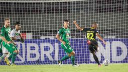 Barito Putera unggul lebih dulu pada menit ke-17. Sontekan Beni Oktovianto berhasil menggetarkan gawang PSS Sleman. (Bola.com/Bagaskara Lazuardi)